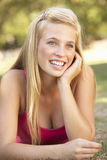 Adolescente que se relaja en parque Fotografía de archivo libre de regalías
