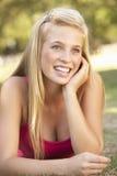 Adolescente que se relaja en parque Fotografía de archivo