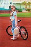 Adolescente que se relaja en un estadio Un niño que presenta con la bici Imágenes de archivo libres de regalías