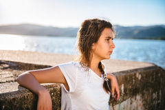 Adolescente que se relaja por el agua Imagen de archivo libre de regalías