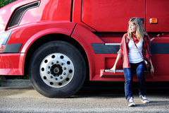 Adolescente que se sienta cerca de pista roja con estilo Fotografía de archivo
