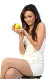 adolescente que se sienta con la bola de la sonrisa Fotos de archivo