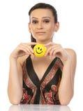 Adolescente que se sienta con la bola de la sonrisa Imagenes de archivo