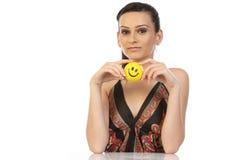Adolescente que se sienta con la bola de la sonrisa Fotos de archivo libres de regalías