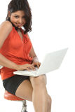 Adolescente que se sienta con la computadora portátil Imagen de archivo