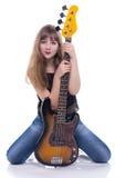 Adolescente que se sienta con la guitarra baja Fotos de archivo libres de regalías