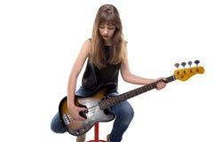 Adolescente que se sienta con la guitarra y la cabeza abajo Imagenes de archivo