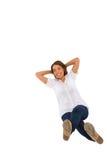 Adolescente que se sienta con las manos detrás de la pista Imagenes de archivo