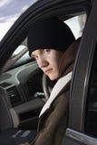 Adolescente que se sienta en coche. Fotos de archivo