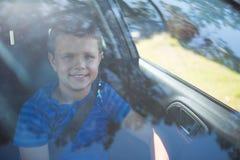 Adolescente que se sienta en el asiento delantero del coche Fotos de archivo libres de regalías