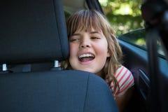 Adolescente que se sienta en el asiento trasero del coche Imágenes de archivo libres de regalías
