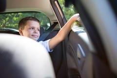 Adolescente que se sienta en el asiento trasero del coche Fotos de archivo libres de regalías