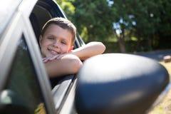 Adolescente que se sienta en el asiento trasero del coche Foto de archivo libre de regalías