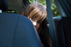 Adolescente que se sienta en el asiento trasero del coche Imagen de archivo libre de regalías