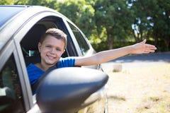 Adolescente que se sienta en el asiento trasero del coche Imagen de archivo