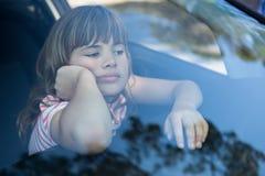 Adolescente que se sienta en el coche Fotografía de archivo libre de regalías