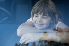 Adolescente que se sienta en el coche Imagen de archivo