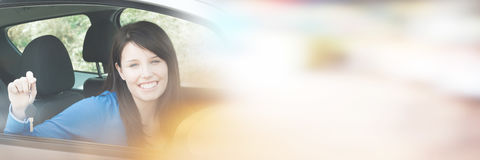 Adolescente que se sienta en el coche que lleva a cabo llaves Imágenes de archivo libres de regalías