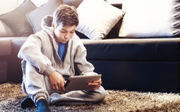 Adolescente que se sienta en el piso en el cuarto Fotografía de archivo