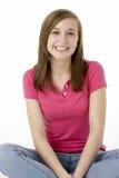Adolescente que se sienta en estudio Fotografía de archivo libre de regalías