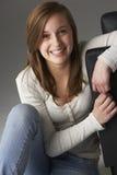 Adolescente que se sienta en estudio Imágenes de archivo libres de regalías