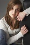 Adolescente que se sienta en estudio Foto de archivo