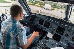 Adolescente que se sienta en la carlinga del jet Fotografía de archivo libre de regalías