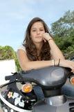 Adolescente que se sienta en la moto Imagenes de archivo