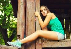 Adolescente que se sienta en la naturaleza Fotos de archivo