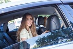 Adolescente que se sienta en la parte posterior del coche Foto de archivo