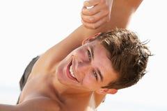 Adolescente que se sienta en la playa Imágenes de archivo libres de regalías