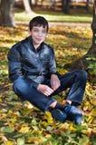 Adolescente que se sienta en la tierra Imagen de archivo