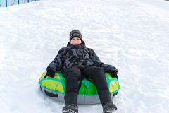 Adolescente que se sienta en la tubería verde Imagen de archivo libre de regalías