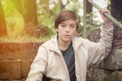 Adolescente que se sienta en las escaleras con el escape ligero Fotografía de archivo