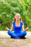 Adolescente que se sienta en loto Imagen de archivo libre de regalías