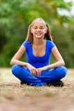Adolescente que se sienta en loto Foto de archivo libre de regalías