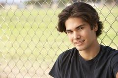 Adolescente que se sienta en patio Fotografía de archivo libre de regalías