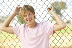 Adolescente que se sienta en patio Fotos de archivo libres de regalías