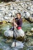 Adolescente que se sienta en piedra Fotos de archivo libres de regalías