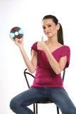 Adolescente que se sienta en silla con CD Imágenes de archivo libres de regalías