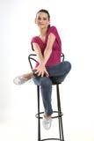 Adolescente que se sienta en silla del estudio Imágenes de archivo libres de regalías
