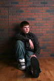 Adolescente que se sienta en suelo Fotografía de archivo libre de regalías