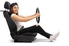 Adolescente que se sienta en un asiento de carro Imagen de archivo