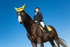 Adolescente que se sienta en un caballo Imagen de archivo