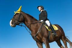 Adolescente que se sienta en un caballo Imagen de archivo libre de regalías