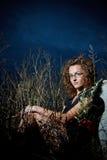Adolescente que se sienta en un campo Fotografía de archivo