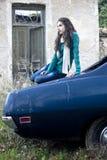 Adolescente que se sienta en un coche Imagenes de archivo