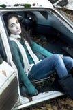 Adolescente que se sienta en un coche Fotos de archivo