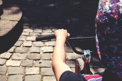 Adolescente que se sienta en una rampa de una bicicleta de BMX Imagen de archivo libre de regalías
