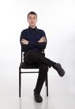 Adolescente que se sienta en una silla Imagen de archivo